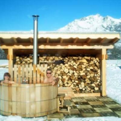 Chalet des Alpages outside hot tub