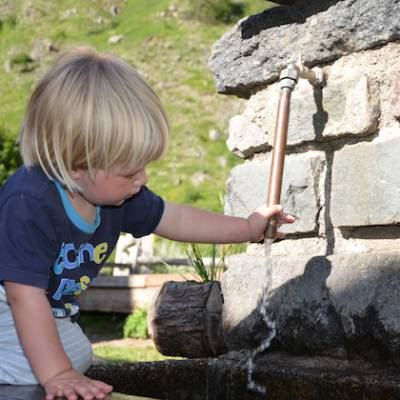 Refuge du Tourond water fountain and toddler
