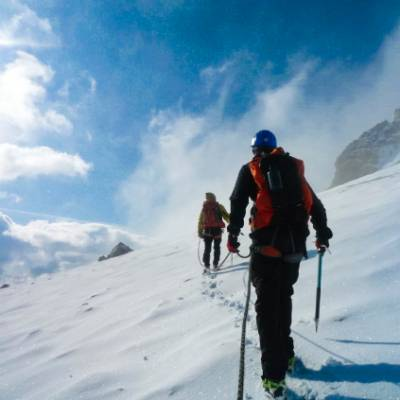 Mountaineering traversing the glacier of Les rouie