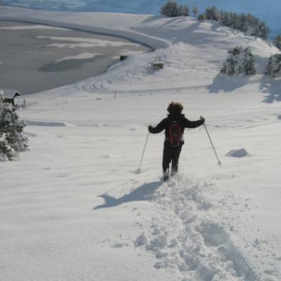 Snowshoeing running down to lac de Barbeyroux