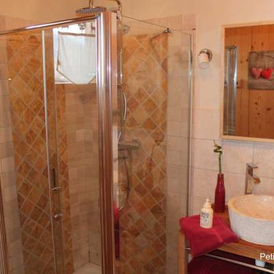 petit-chalet-bathroom-in-Blondeau-self-catering-chalet-in-the-Alps.jpg