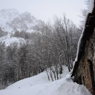 spend a night in a mountain shelter in southern french alps