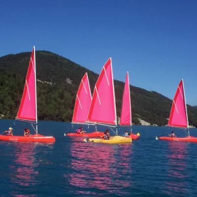 sailing-in-the-Alps-on-the-serre-poncon-lake-children.jpg