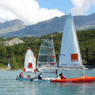 sailing-on-the-serre-poncon-lake-in-the-Alps.jpg