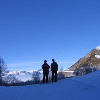 Skiing couple silhouette