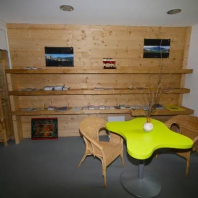 Auberge des Ecrins - library area